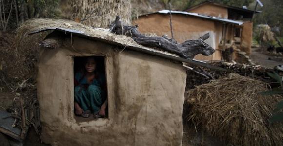 "Uttara Saud, 14-latka podczas pobytu w ""chhaupadi"" - wioska Legudsen w zachodnim Nepalu - http://blogs.reuters.com/photographers-blog/2014/03/05/banished-once-a-month/"